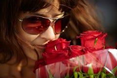 Mulher com rosas imagem de stock
