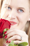 Mulher com roses.GN vermelho Foto de Stock Royalty Free