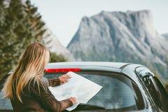 Mulher com a rota do planeamento do mapa que viaja pelo carro alugado Fotos de Stock Royalty Free