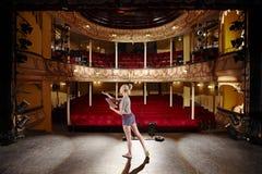 Mulher com roteiro que ensaia na fase Fotografia de Stock