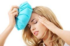 Mulher com saco de gelo, tendo a dor de cabeça fotos de stock royalty free