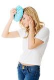 Mulher com saco de gelo, tendo a dor de cabeça Foto de Stock Royalty Free