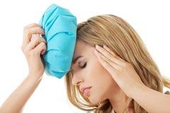 Mulher com saco de gelo, tendo a dor de cabeça Imagem de Stock Royalty Free