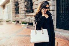 Mulher com sacos de compras e fala no telefone celular Imagens de Stock Royalty Free