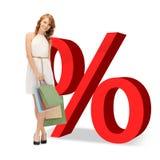 Mulher com sacos de compras e sinais de por cento Fotografia de Stock Royalty Free
