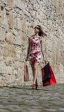 Mulher com sacos de compras em uma cidade Imagens de Stock Royalty Free
