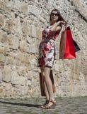 Mulher com sacos de compras em uma cidade fotografia de stock
