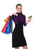 A mulher com sacos e cartão de crédito está comprando foto de stock royalty free