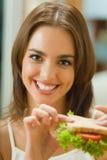 Mulher com sanduíche fotografia de stock royalty free