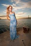 Mulher com seascape e cidade na parte traseira Imagem de Stock