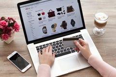 Mulher com serviço eBay da compra do Internet de MacBook e do iPhone Fotos de Stock