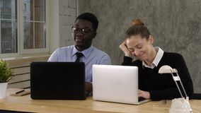 Mulher com seu chefe cansado no escritório vídeos de arquivo
