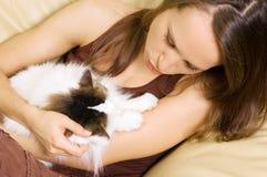 Mulher com seu gato foto de stock royalty free