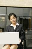 Mulher com seu portátil fotografia de stock royalty free