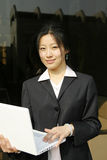 Mulher com seu portátil imagens de stock royalty free