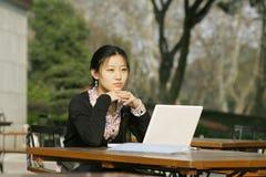 Mulher com seu portátil imagem de stock