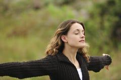 A mulher com seus braços largos abre Foto de Stock Royalty Free