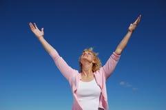 A mulher com seus braços largos abre Fotos de Stock Royalty Free