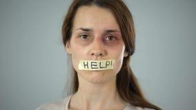 Mulher com sinal da ajuda nos bordos gravados, vítima insolúvel que implora pelo apoio filme