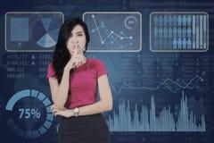 Mulher com sinal do silêncio e estatística financeira Foto de Stock Royalty Free