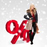 Mulher com sinal dos sacos de compras e de por cento Imagens de Stock