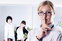A mulher com sinal mantém o silêncio Imagem de Stock Royalty Free
