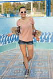 Mulher com skate Imagens de Stock Royalty Free