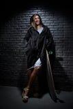 Mulher com skate Fotos de Stock Royalty Free