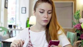 Mulher com smartphone filme