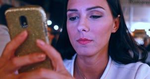 Mulher com smartphone video estoque