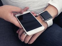Mulher com smartphone Imagens de Stock
