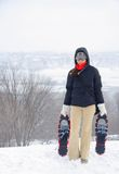 Mulher com snowshoes fotografia de stock royalty free