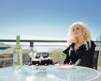 Mulher com a sobremesa do bolo de chocolate Imagens de Stock Royalty Free