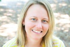 Mulher com sorriso agradável fotografia de stock royalty free