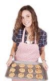 Mulher com sorriso recentemente cozido dos bolinhos Fotos de Stock