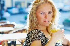 Mulher com suco Foto de Stock Royalty Free