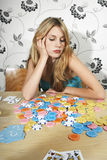 Mulher com tabela de Chips And Playing Cards At Imagem de Stock