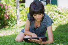 Mulher com tabuleta Imagem de Stock Royalty Free