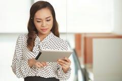 Mulher com tabuleta digital Imagem de Stock