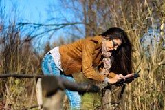 Mulher com a tabuleta digital na natureza Fotografia de Stock Royalty Free