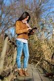 Mulher com a tabuleta digital na ponte de madeira velha Fotografia de Stock Royalty Free