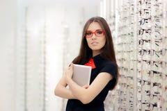 Mulher com a tabuleta do PC na loja ótica médica Imagem de Stock Royalty Free