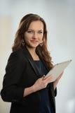 Mulher com tabuleta eletrônica fotografia de stock