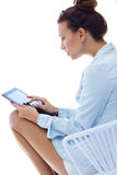 Mulher com tabuleta em casa Fotos de Stock Royalty Free
