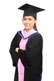 Mulher com tampão e vestido da graduação fotografia de stock