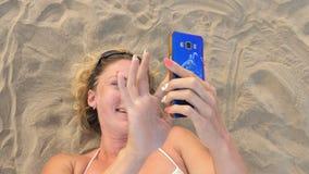 Mulher com telefone celular na praia filme