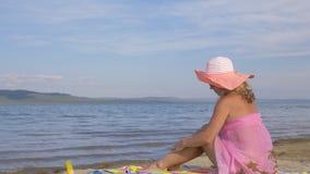 Mulher com telefone celular na praia video estoque