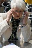 Mulher com telefone de pilha fotos de stock
