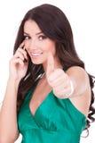 Mulher com telefone e gesto aprovado Imagens de Stock Royalty Free