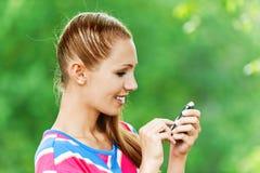 Mulher com telefone móvel à disposicão imagem de stock